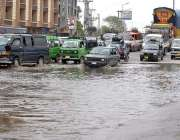 راولپنڈی: گاڑیاں بارش کے جمع شدہ پانی سے گزر رہی ہیں۔