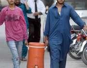 راولپنڈی: نوجوان فلٹریشن پلانٹ سے صاف پینے کاپانی واٹر کولر میں لے ..