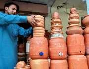 راولپنڈی: دکاندار گاہکوں کو متوجہ کرنے کے لیے مٹی کے واٹر کولر سجا رہا ..