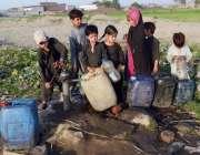 لاہور: کمسن بچے پانی کی قلت کے باعث ہینڈ پمپ سے پینے کے لیے پانی بھر ..