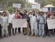 لاہور: پاکستان ہوزری مینوفیکچررز اینڈ ایکسپورٹرز ایسوسی ایشن کے کارکن ..