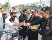 بنوں: ڈی اسی پی کینٹ مراد علی نشاہ روڈ پر رزہ داروں میں افطاری تقسیم ..
