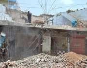 ملتان: مزدور نواں شہر چوک میں عمارت مسمار کرنے میں مصروف ہیں۔