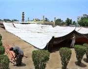 حیدر آباد: شہری رانی باغ میں عید کی نمازادا کرنے کے لیے ٹینٹ لگانے میں ..