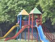 لاہور: مقامی پارک میں بچے سلائیڈ لے رہے ہیں۔