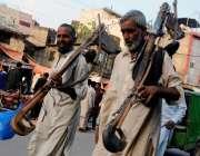 راولپنڈی: محنت کش سامان اٹھائے روزی کی تلاش میں گھوم رہے ہیں۔