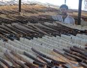 راولپنڈی: مقامی کارخانے میں کاریگر عیدالفطر کے لیے سویاں بنا رہے ہیں۔