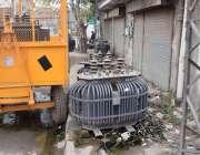 لاہور: ریواز گارڈن میں بجلی کے ٹرانسفارمر سڑک پر پڑے ہیں۔