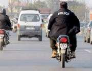 راولپنڈی: پولیس اہلکار قانون کی خلاف ورزی کرتے ہوئے بغیر ہیلمٹ پہنے ..