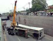 فیصل آباد: عبداللہ پور انڈر پاس پر حادثے کے بعد الٹے ہوئے ٹرک کو کرین ..