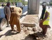 راولپنڈی: پی ایچ اے کے اہلکار میٹروپل کے نیچے کیاری بنا رہے ہیں۔