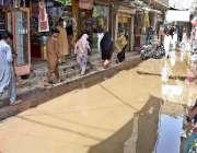 لاڑکانہ: سڑک پر سیوریج کے پانی کا پانی کھڑا ہے جس کے باعث گزرنے والوں ..