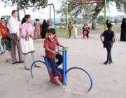 لاہور: گریٹر اقبال پارک سیرو تفریح کے لیے آئے بچے کھیل کود میں مصروف ..