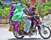 حیدر آباد: موٹر سائیکل سوار فیملی اپنی منزل کی جانب رواں ہے۔