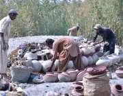 حیدرآباد: جامشورو روڈ کے کمہارپارہ میں اپنے کام کی جگہ پر خشک کرنے کے ..