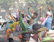لاہور: جمعیت علمائے اسلام (ف) کے آزادی مارچ میں شریک کارکنان لاہور سے ..