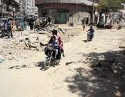 کراچی: پاکستان چوک کے قریب سڑک کے تعمیراتی کام کے باعث شہریوں کو مشکلات ..