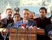 لاہور: سینئر صوبائی وزیر عبدالعلیم خان پنجاب اسمبلی کے احاطہ میں میڈیا ..
