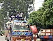 فیصل آباد: سکول سے چھٹی کے بعد بچے مسافر وین کی چھت پر سوار ہو کر سفر ..