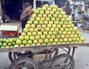 ملتان: ایک دکاندار اپنے سڑک کے کنارے سیٹ اپ پر گاہکوں کو راغب کرنے کے ..