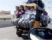 لاہور: ایک رکشہ ڈرائیور سکول کے بچوں کی اوور لوڈنگ کئے جارہا ہے۔