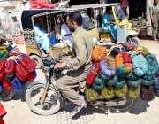 حیدرآباد:ایک موٹرسائیکل سوار چوڑیاں بیچنے کے لئے جا رہا ہے۔