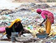 حیدر آباد: خانہ بدوش خواتین کچرے کے ڈھیر سے کارآمد اشیاء تلاش کر رہی ..