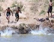 راولپنڈی: نوجوان گرمی کی شدت کم کرنے کے لیے نہا رہے ہیں۔