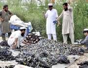 اسلام آباد: دکانداروں نے گاڑیوں کے پرانے پارٹس فروخت کے لیے سجا رکھے ..