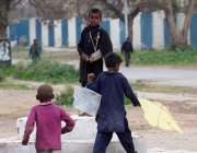 اسلام آباد: خانہ بدوش بچے کھیل کود میں مصروف ہیں۔