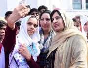 لاہور: گورنر پنجاب چوہدری محمد سرور کی اہلیہ پروین سرور گورنر ہاؤس ..