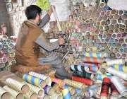 فیصل آباد: ایک کارکن اپنے کام کی جگہ پر دھاگہ کون تیار کرنے میں مصروف ..
