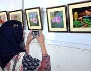 فیصل آباد: طالبات یونیورسٹی کی طالبہ پونم راناکی تیار کردہ پینٹگز دیکھ ..