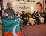 لاہور: سابق وفاقی وزیر ڈاکٹر امجد تحریک انصاف میں شمولیت کے موقع پر ..