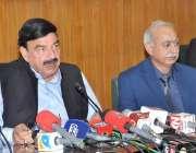 لاہور: وفاقی وزیر ریلوے شیخ رشید احمد ریلوے ہیڈ کوارٹرز میں میڈیا سے ..
