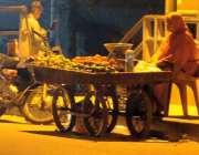 راولپنڈی: پیرودھائی روڈ پر ایک خاتوں گھر کی کفالت کیلئے ریڑھی پرفروٹ ..