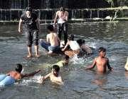 اسلام آباد: نوجوان گرمی کی شدت کم کرنے کے لیے کورنگ نالہ میں نہا رہے ..