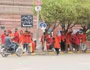 لاہور: ریلوے اسٹیشن کے باہر قلی مسافروں کے انتظار میں کھڑے ہیں۔
