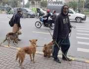 لاہور: مداری اپنے جانوروں کے ہمراہ مال روڈ سے گزر رہے ہیں۔