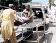 راولپنڈی: ڈی ایچ کیو ہسپتال احتجاج کے باعث اپنی مدد آپ کے تحت مریض کو ..