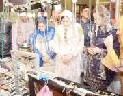 لاہور: گورنر پنجاب کی اہلیہ بیگم پروین سرور پنجاب یونیورسٹی اکیڈمک ..