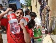 راولپنڈی: پانی کی قلت کے باعث بچے بوتلوں میں پینے کے لیے پانی بھر کر ..