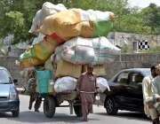راولپنڈی: مزدو ہتھ ریڑھی پر سامان لادھے اپنے منزل کی جانب رواں ہے۔