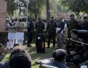اٹک: ڈی پی او اٹک شہزاد ندیم بخاری اپنے آفس کے لائن میں لگائی کھلی کچہری ..