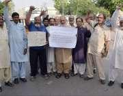 لاہور: نجی بینک کے پینشنرز اپنے مطالبات کے حق میں پریس کلب کے باہر احتجاج ..