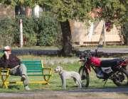 اسلام آباد: ایک شہری مقامی پارک میں بیٹھے دھوپ سے لطف اندوز ہو رہا ہے۔