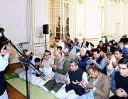 پیرس: فرانس میں پاکستانی سفیر معین الحق عید الفطر کی نماز ادا کرنے کے ..
