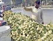 فیصل آباد: ایک دکاندار اپنے سڑک کے کنارے   امرود تازہ رکھنے کے لئے پانی ..