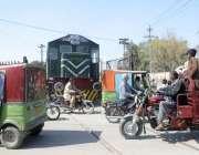 لاہور: گاڑیاں ریلوے ٹریک کراس کر رہی ہیں جبکہ دوسری جانب انجن بھی آ ..