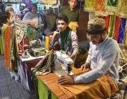 پشاور: عید کی تیاریوں میں مصروف درزی کپڑے سلائی کر رہے ہیں۔